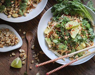 Veganes Zoodles Pad Thai mit cremig-scharfer Erdnuss-Soße