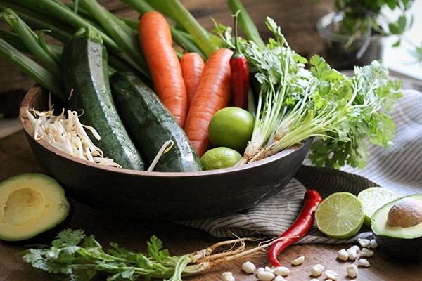 Zutaten für ein veganes Zoodle Pad Thai