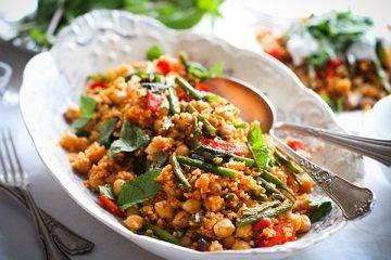 Schnell und einfach: Gemüsecouscous mit erfrischendem Joghurt-Minz-Dip