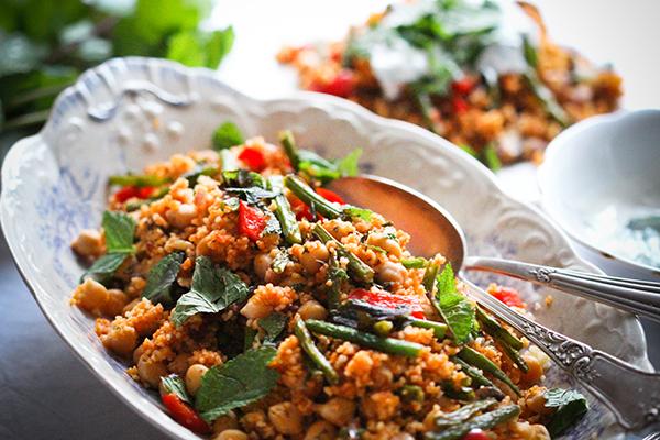 Schnell und einfach: Gemüsecouscous mit Joghurt-Minz-Dip