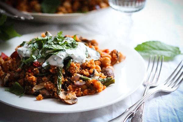 Veganer Gemüsecouscous mit frischem Joghurt-Minz-Dip
