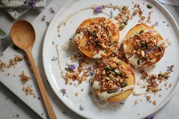 Ofenpfirische mit veganer Zitronencreme und Blitzgranola