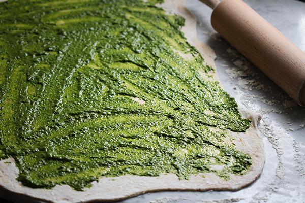 Teig ausrollen und mit reichlich Pesto bestreichen