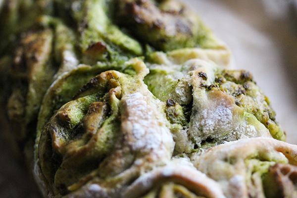 Das Partyzupfbrot wird außen kross und ist dank des frischen Pestos innen schön saftig und aromatisch.