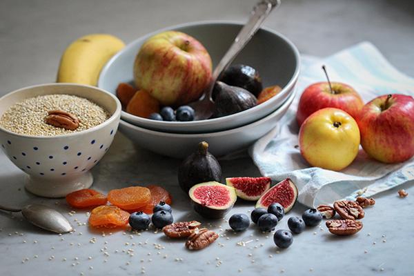 Einige Zutaten für das Quinoa-Powerfrühstück mit Bananen-Chia-Stick