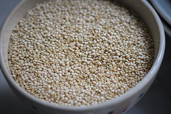 Quinoa enthält alle neun essentiellen Aminosäuren und gibt Euch Power für den Tag!