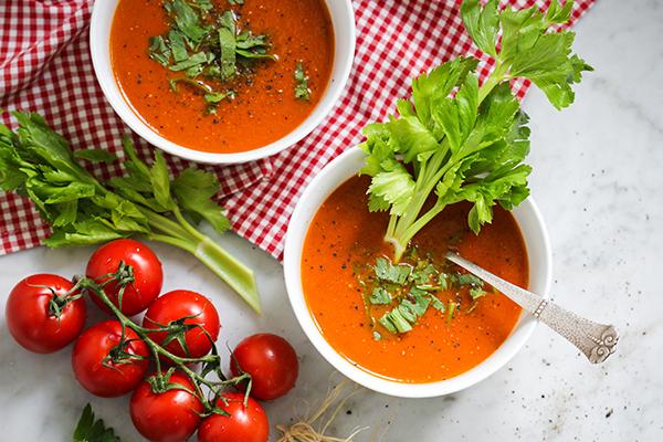 Sommer in Schalen: Herrlich aromatische Tomaten-Sellerie-Suppe - natürlich vegan, was sonst?!