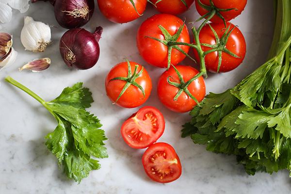 Tomaten, Staudensellerie, Zwiebeln, Knoblauch und mediterrane Gewürze
