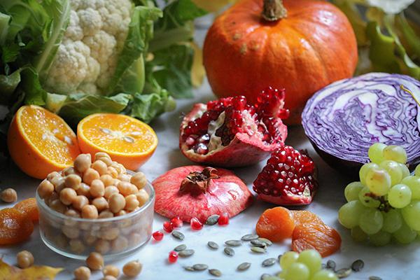 Dieser Salat ist voll von Farbenpracht und Geschmack der veganen Herbstküche