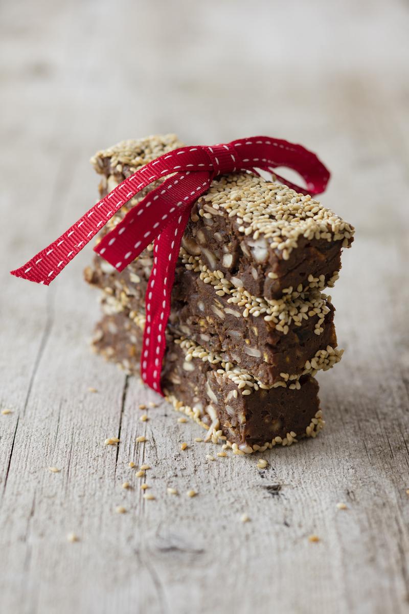 Vegane Power-Riegel mit Lupinencrunch, Nüssen, Schokolade und Reis