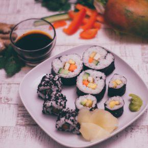 veganes Sushi mit Gemüse und Obst