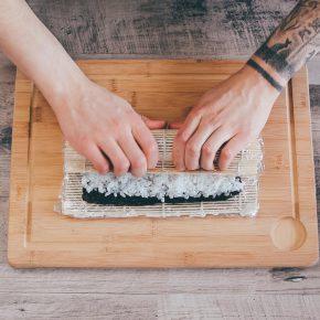 Veganes Sushi rollen