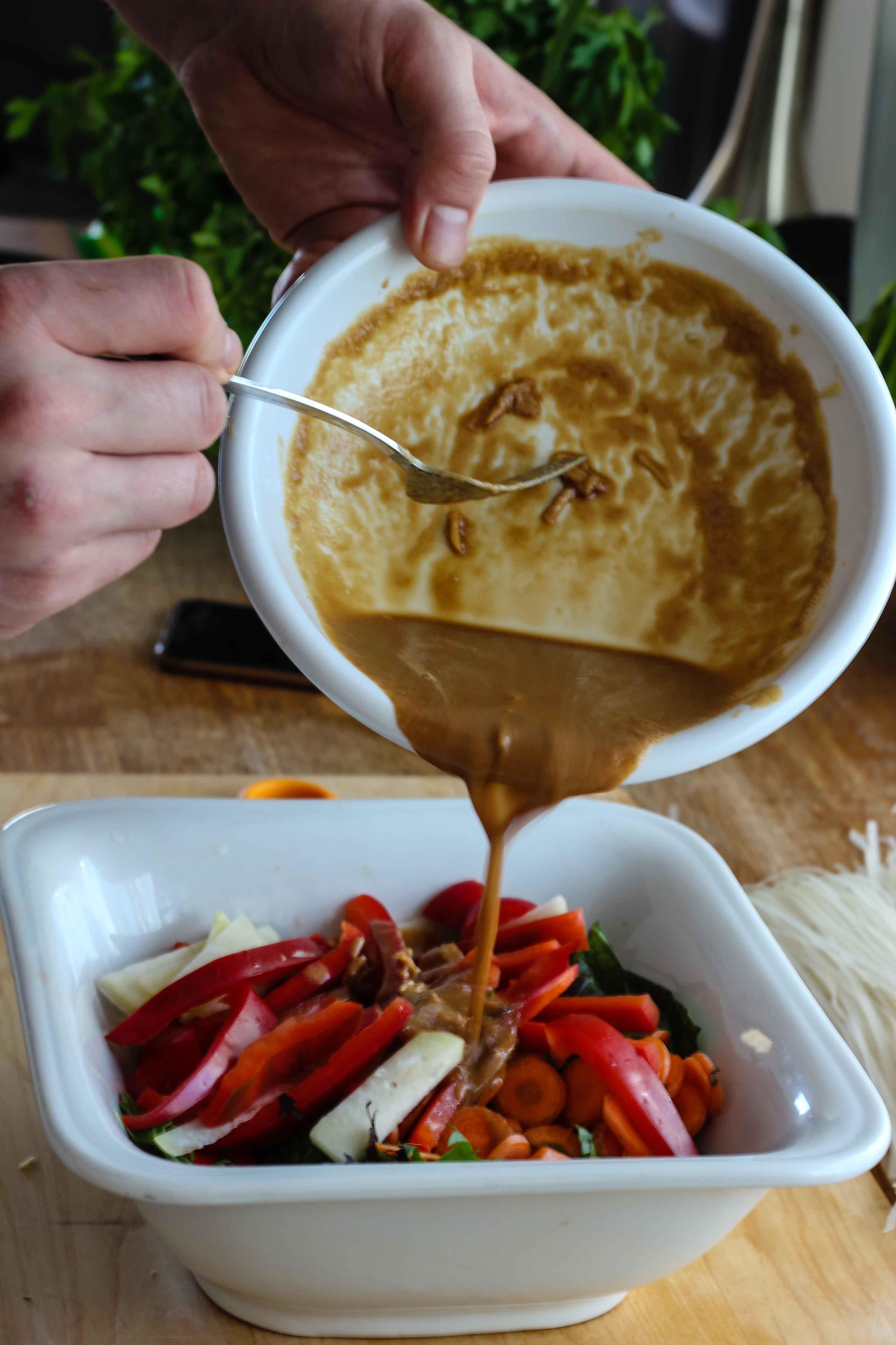 Veganes Tahin Dressing für Reisnudelsalat