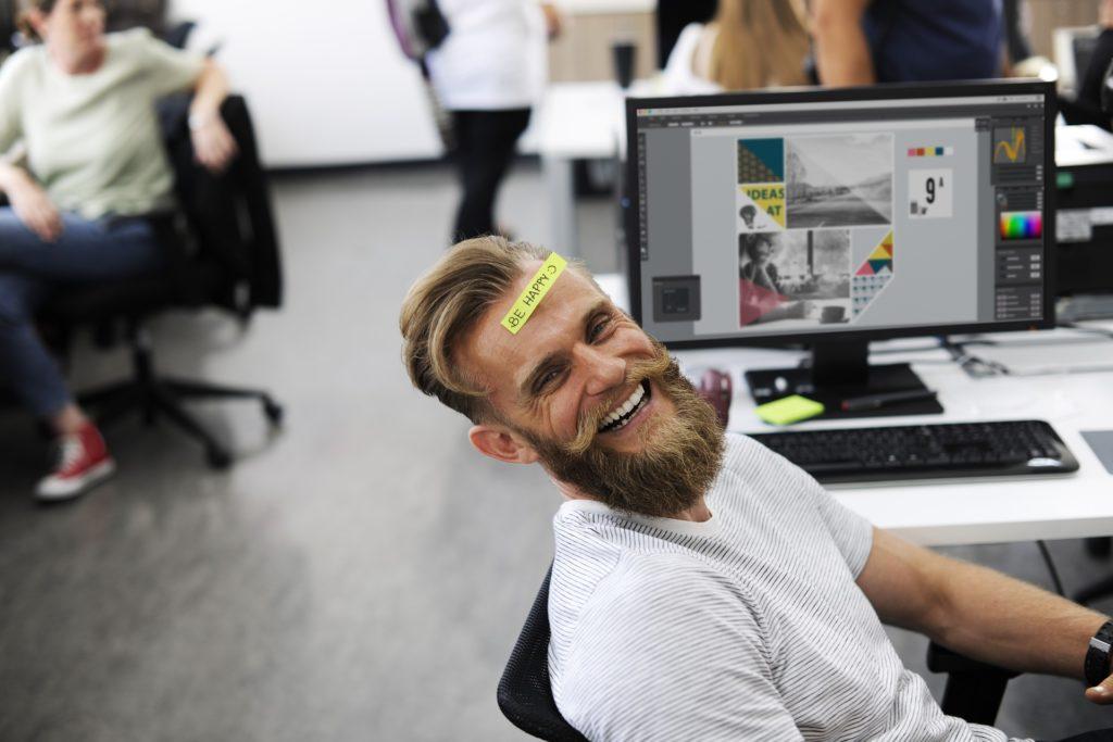 Mann lachend im Büro