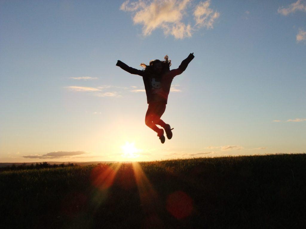 Springen in der Abendsonne
