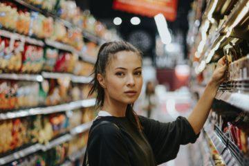 Mädchen im Supermarkt
