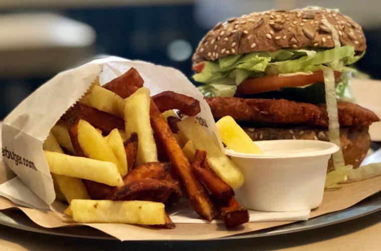 veganer Burger mit Pommes