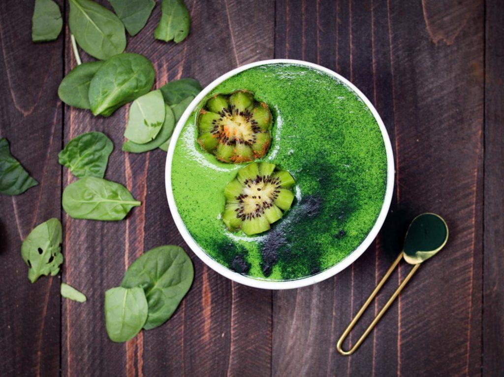 Grüne Smoothiebowls sind echte Nährstoffwunder. nährstoffe essen