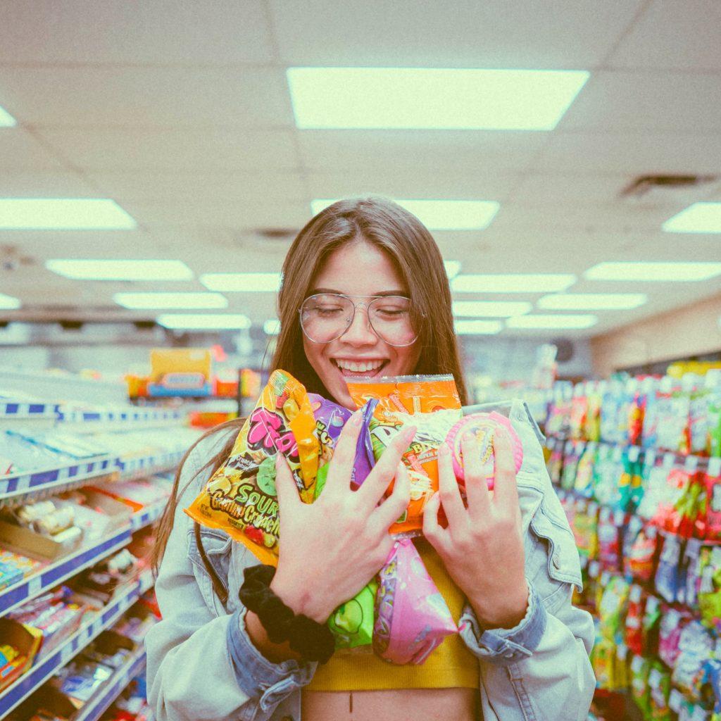 Vegane Süßigkeiten kannst du im Supermarkt kaufen oder online bestellen