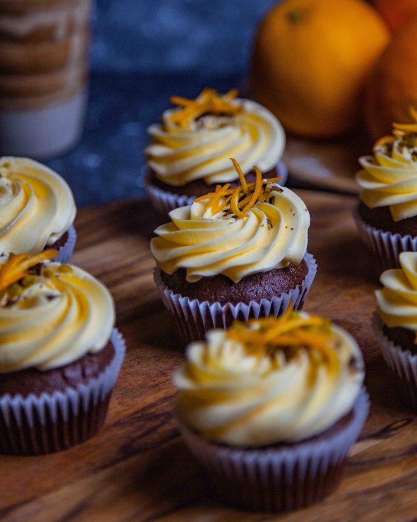 Vegane Kaffee-Schoko-Cupcakes mit Orangenbuttercreme
