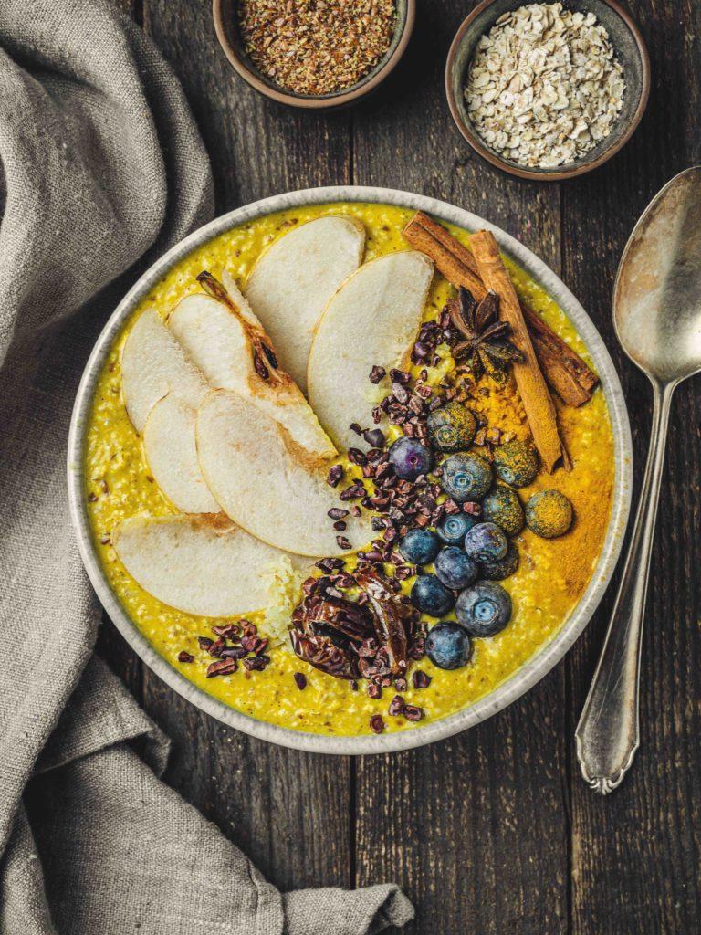 Porridge mit Banane und Kurkuma gesund
