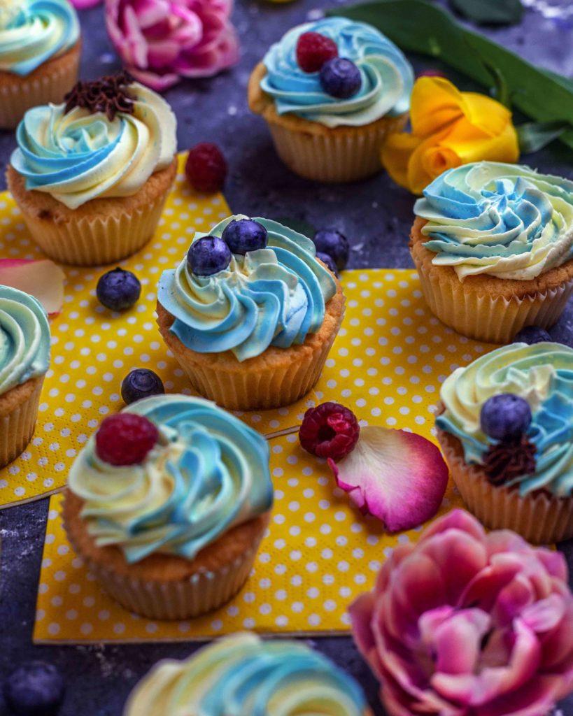 Vegane Zitronen-Cupcakes mit Vanillebuttercreme
