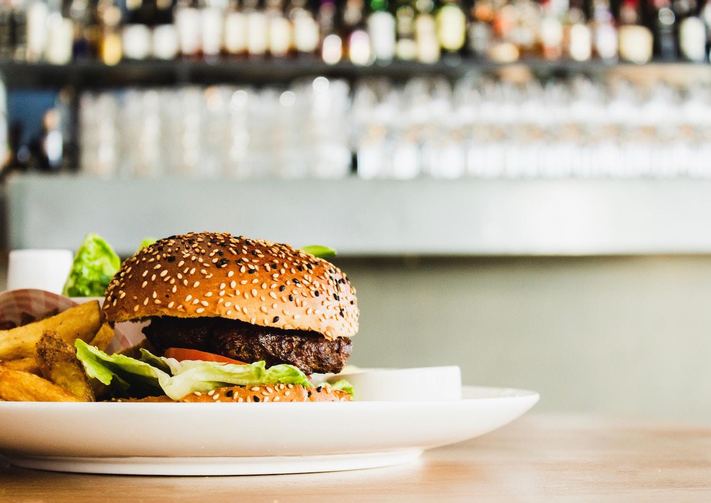 Vegane Burger kannst du in vielen Restaurants in Deutschland essen