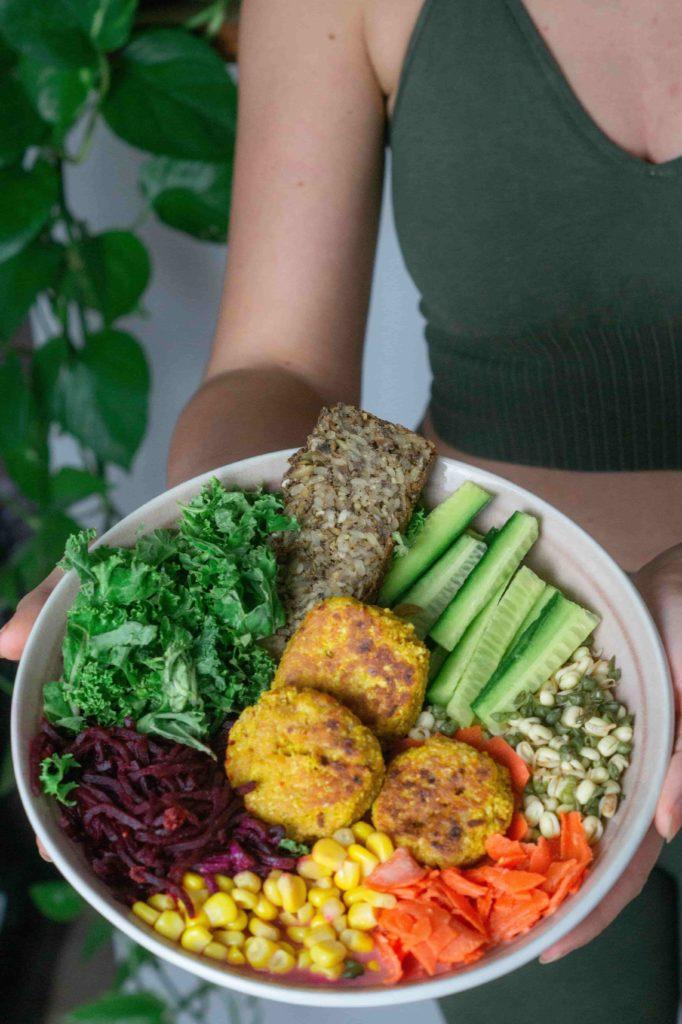 Vegane Buddha Bowl mit fermentiertem Gemüse