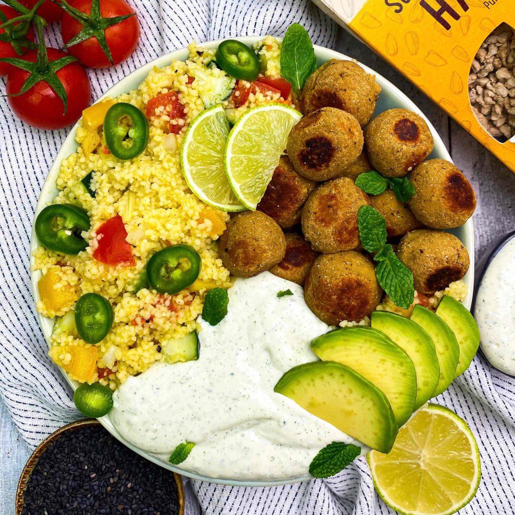 Orientalischer Couscous-Salat proteinreiche Bowls