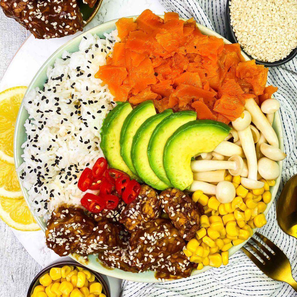 proteinreiche Bowls Poke bowl Fischsalat