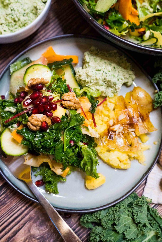 Granatäpfel stecken voller Vitamine und schützen dank der Flavonoide und Tannine unsere Körperzellen und so können wir unseren Alterungsprozess verlangsamen.